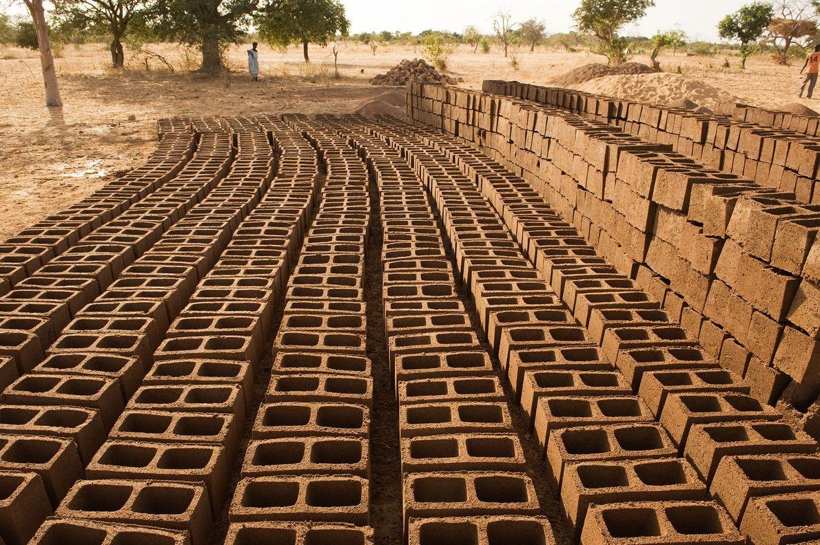 Los ladrillos de barro se secan en la granja de Yacouba Sawadogo, que vive en el ...