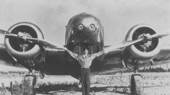 Amelia Earhart parada frente a su Lockheed Electra 10e en esta fotografía sin fecha.