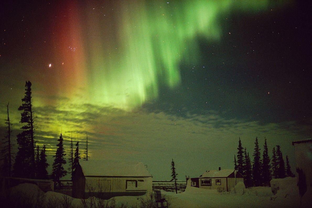 Las auroras pueden tener colores diferentes dependiendo del tipo de gases que interactúan con partículas solares ...