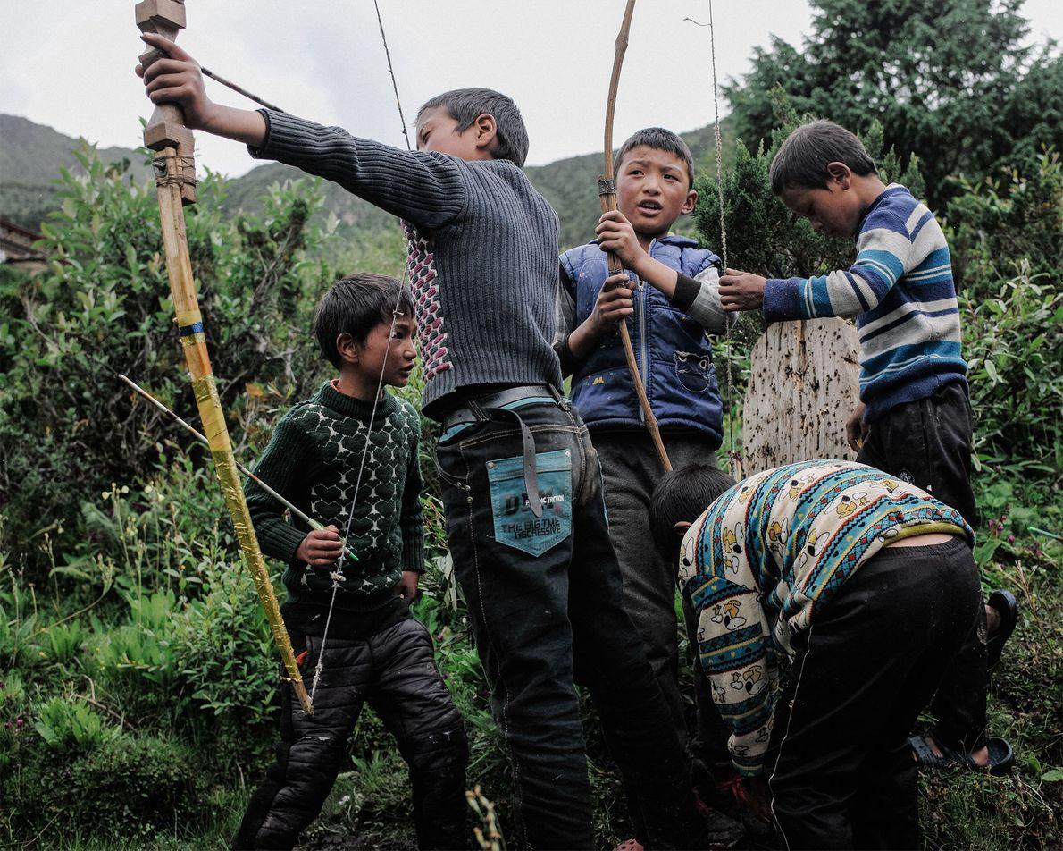 El deporte nacional de Bután es el tiro con arco. Jóvenes y adultos disfrutan de este ...