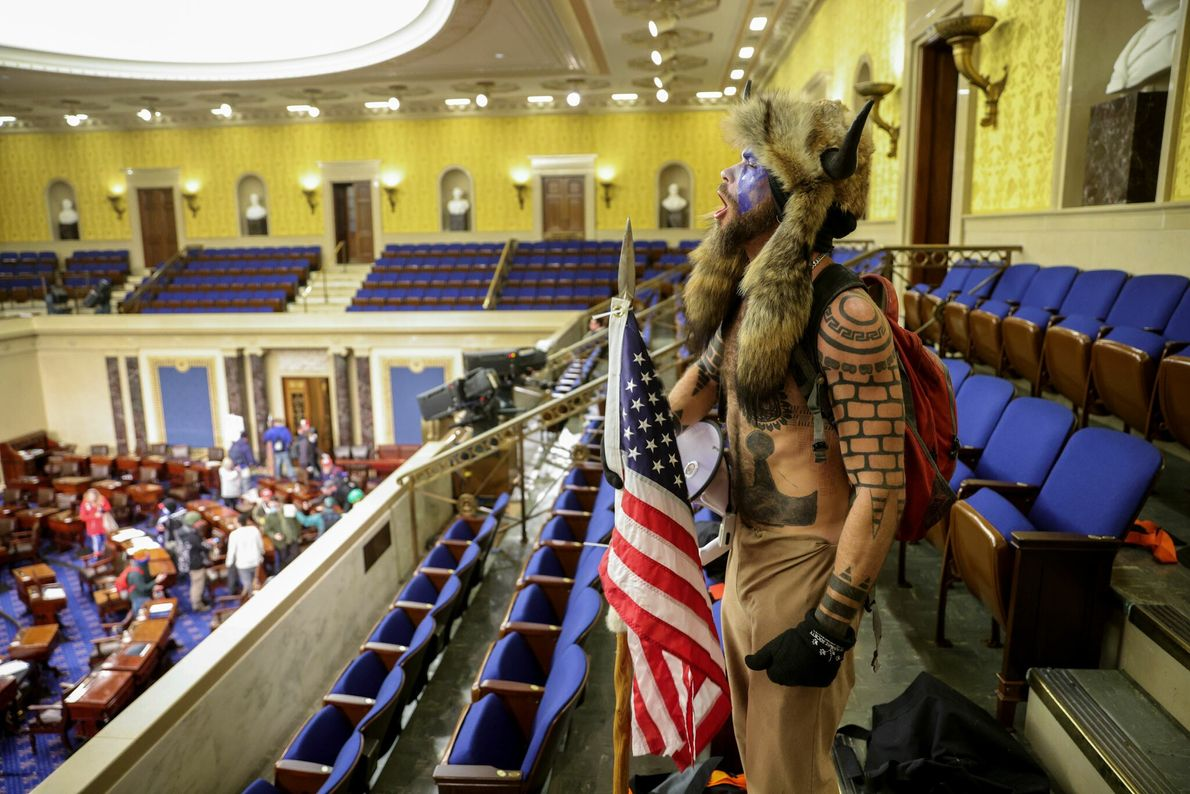 Un seguidor de Trump entró en la Cámara del Senado mientras evacuaban a los legisladores y ...