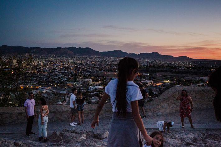 Las luces brillantes de Juárez en la distancia muestran la línea divisoria entre las dos ciudades. ...