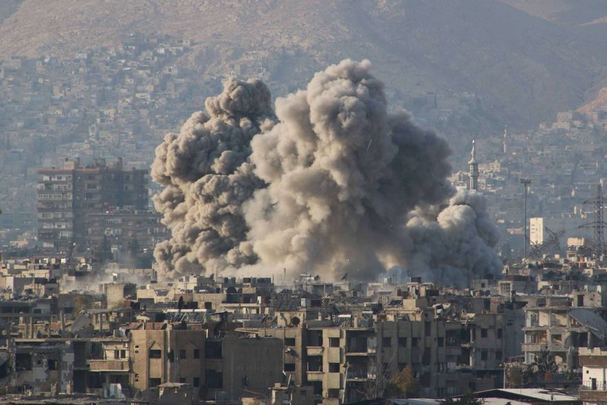 El humo provocado por un ataque aéreo ruso en Guta Oriental, controlada por la oposición siria.