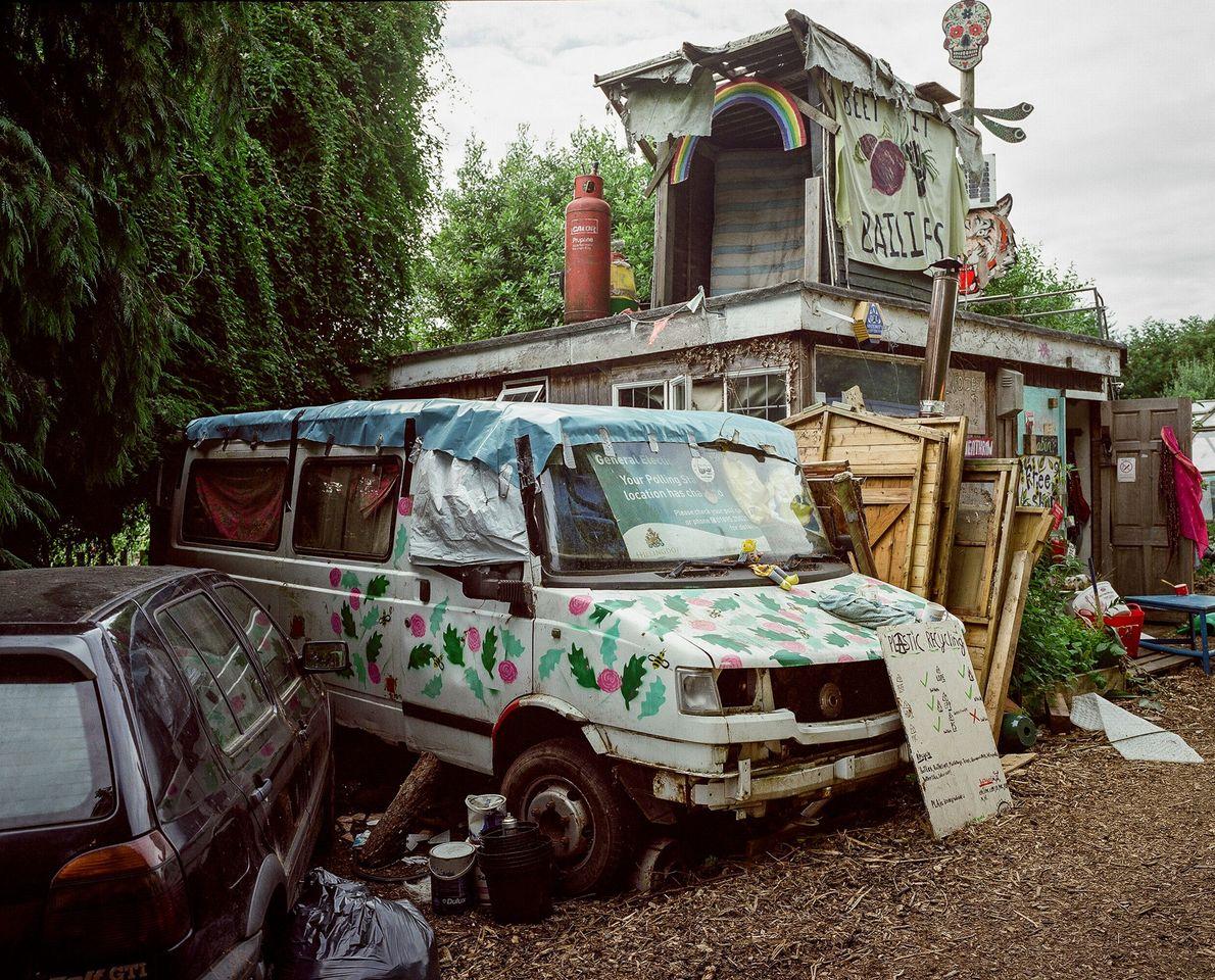 Artículos y vehículos rescatados, algunos decorados y otros que esperan ser usados, en Grow Heathrow.