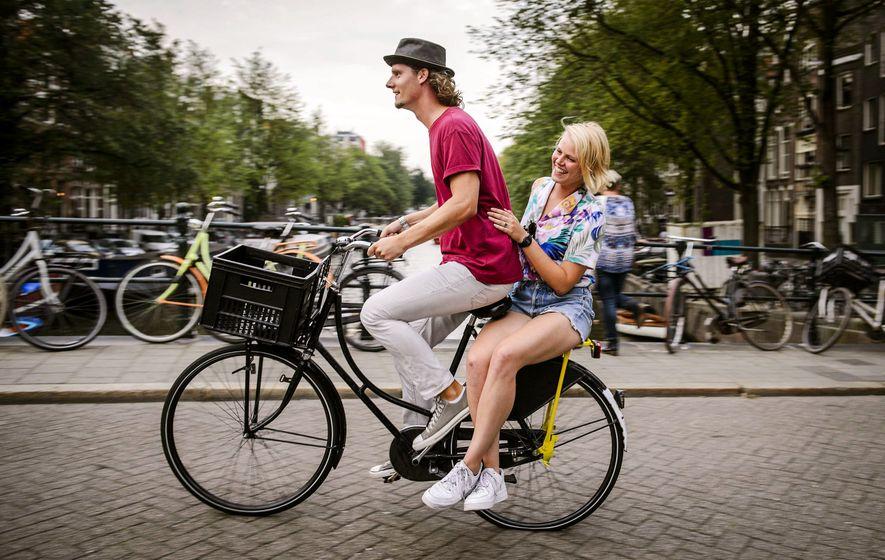 Un turista disfruta un tour gratuito de la empresa holandesa Yellow Bike en Ámsterdam.