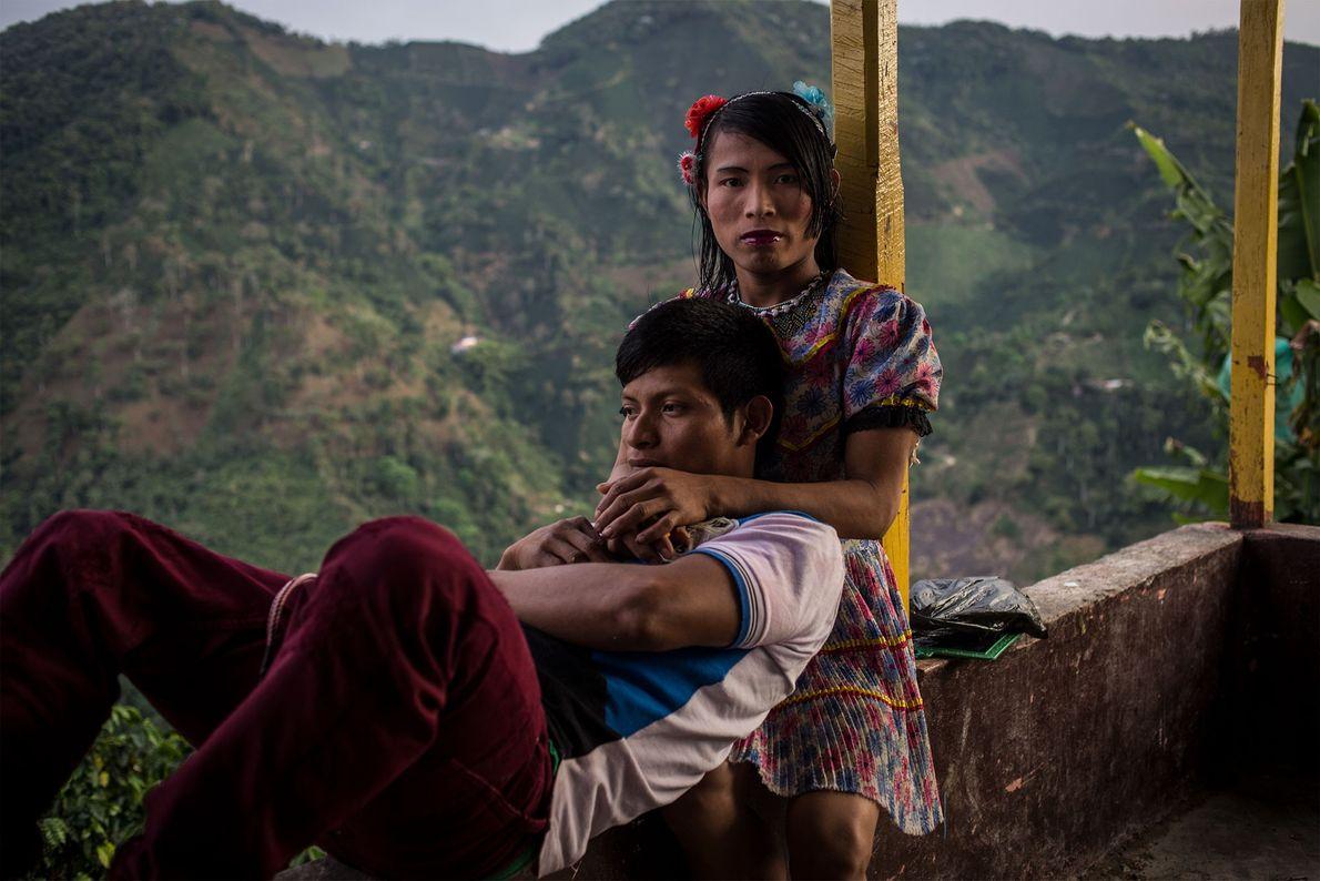 Francy y Dario, miembros de la comunidad emberá katio, se relajan en su tiempo libre. En ...