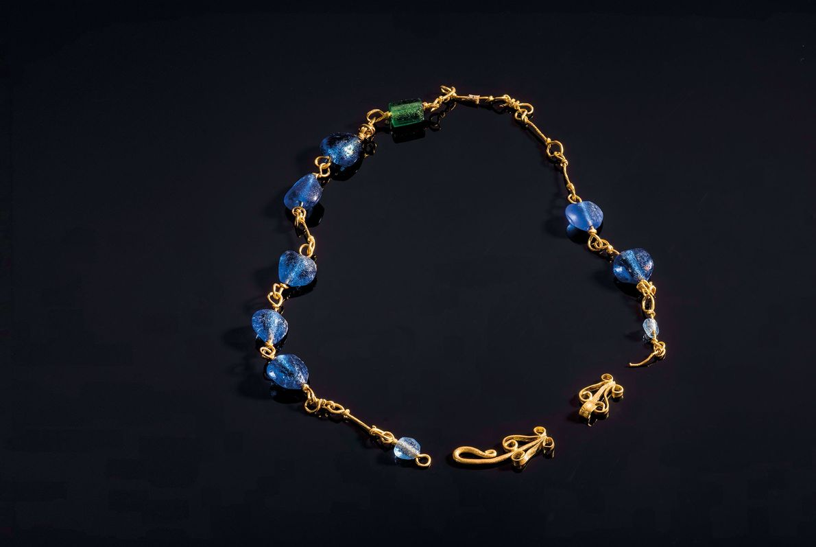 Un collar de cuentas de oro y vidrio adornó a una mujer enterrada en una tumba ...