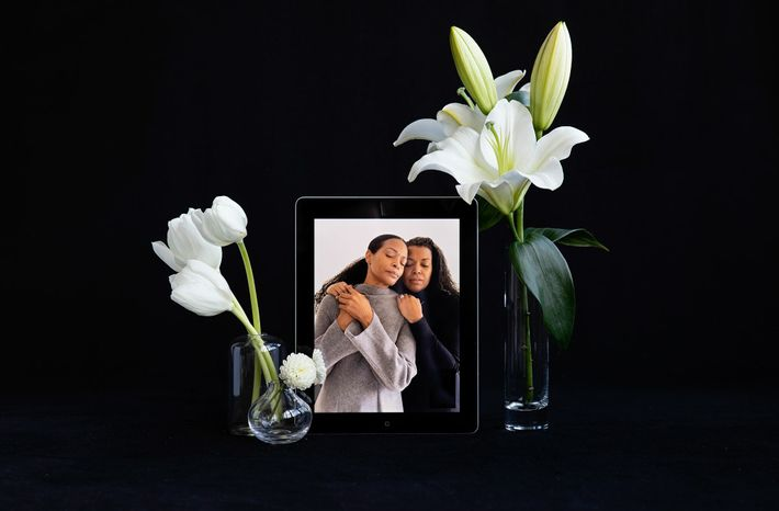 Las hermanas Dana Cobbs (izquierda) y Darcey Cobbs-Lomax lamentaron la pérdida de dos de sus seres ...