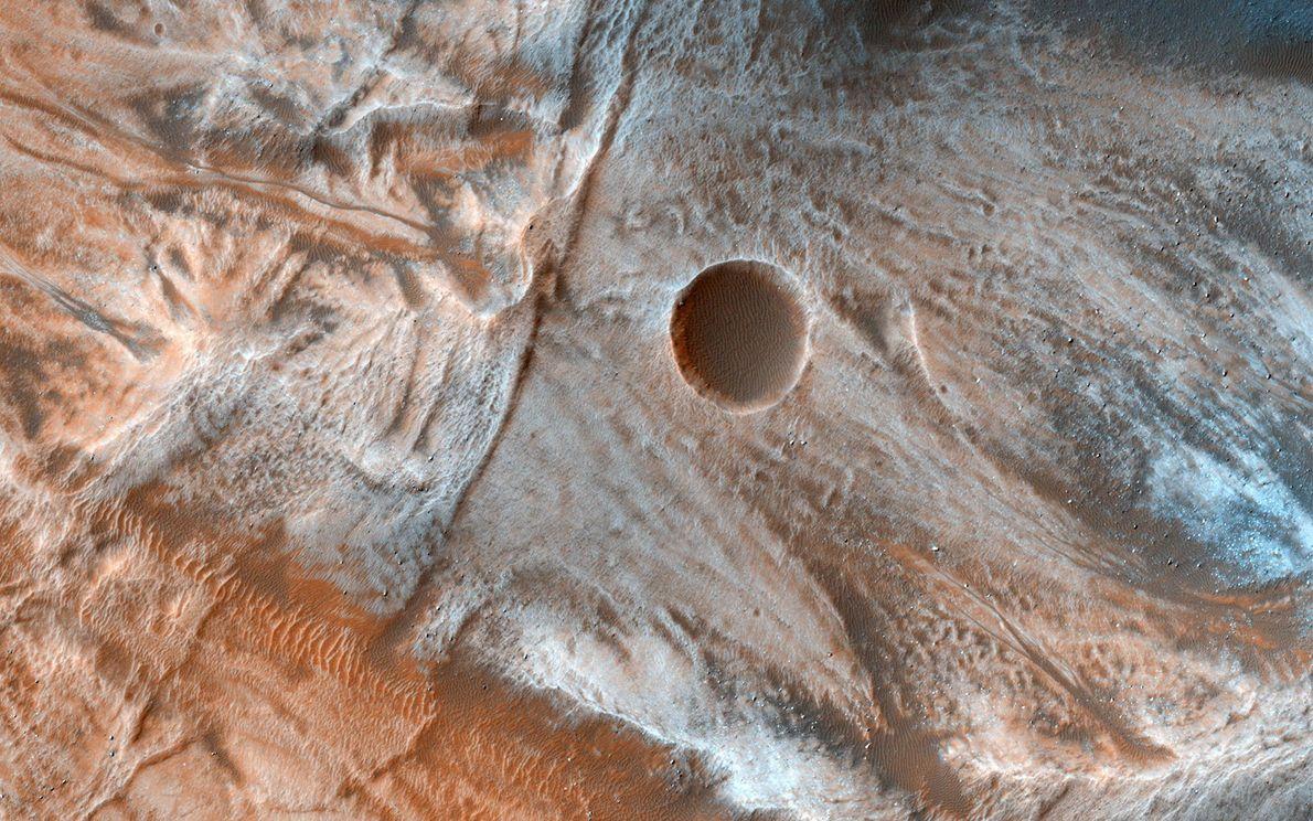 Salpicados con montículos de roca, los rasgos esculpidos que se ven en esta imagen de latitudes ...