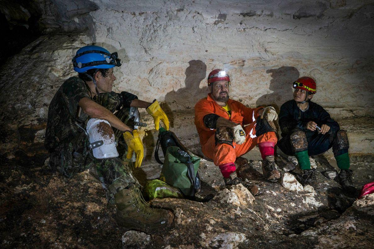 Los investigadores del proyecto Gran Acuífero Maya descansan durante su exploración de la cueva de Balamkú. ...