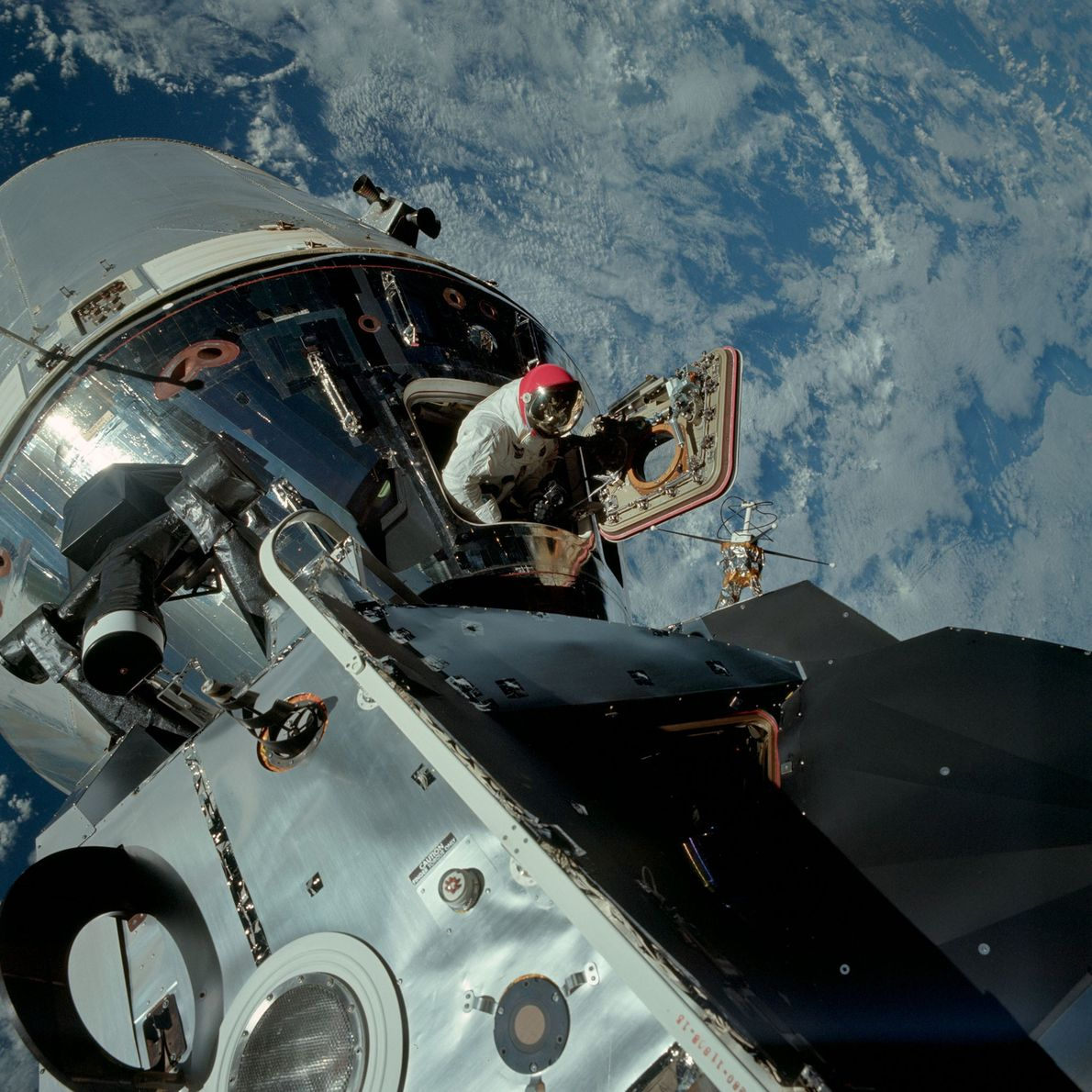 El astronauta Dave Scott asoma la cabeza desde el módulo de comando del Apolo 9, mientras ...