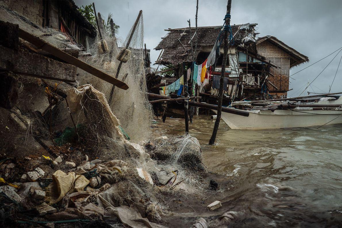 """Redes descartadas en Bohol. Los lugareños las recogen para vendérselas a """"supra-recicladores"""" o """"upcyclers""""."""