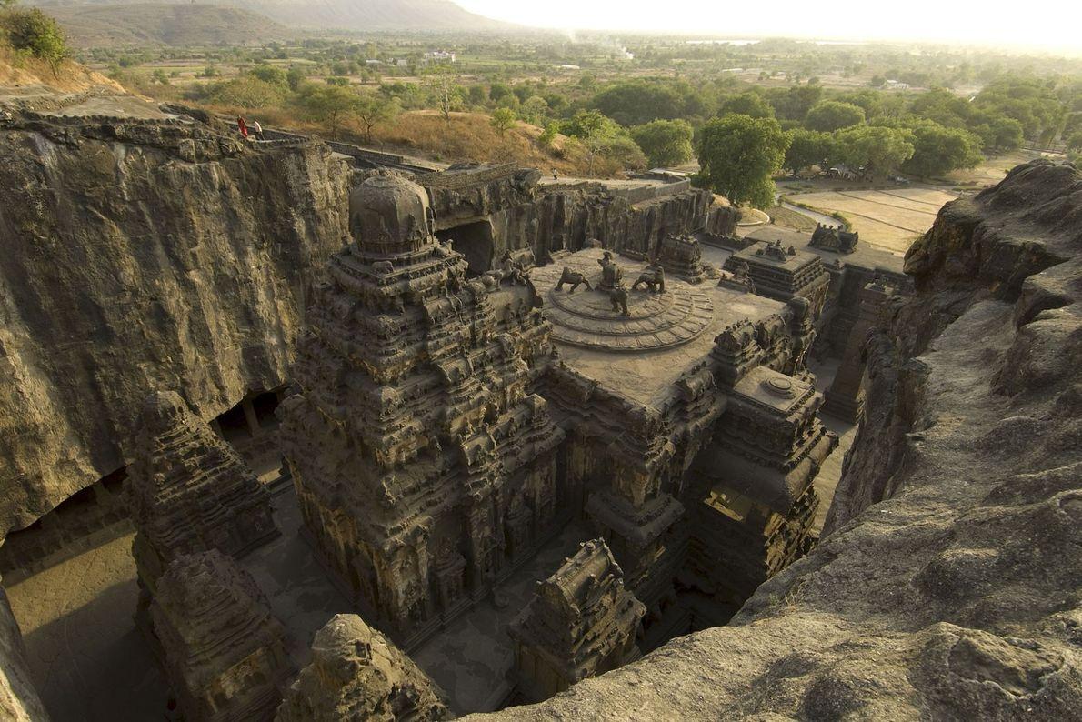 Ellora, India Los canteros demoraron décadas en tallar el templo Kailasa rico en detalles en el siglo ...