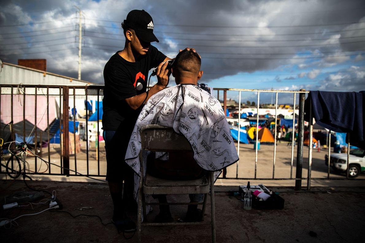 Un barbero de San Pedro afeita a un joven de Tegucigalpa antes de su gran entrevista ...