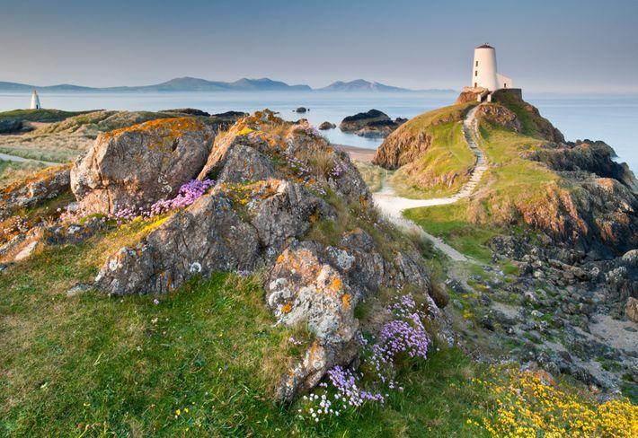El faro de Twr Mawr en Anglesey: una pintoresca parada al recorrer el Sendero de Gales ...