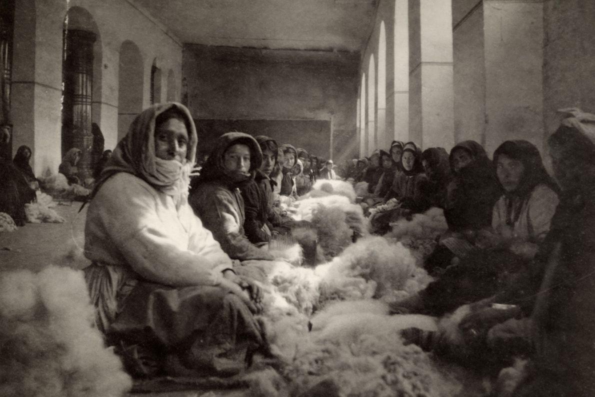 Las mujeres armenias procesan fibras de lana para la producción de telas en Tiflis, Georgia, en ...