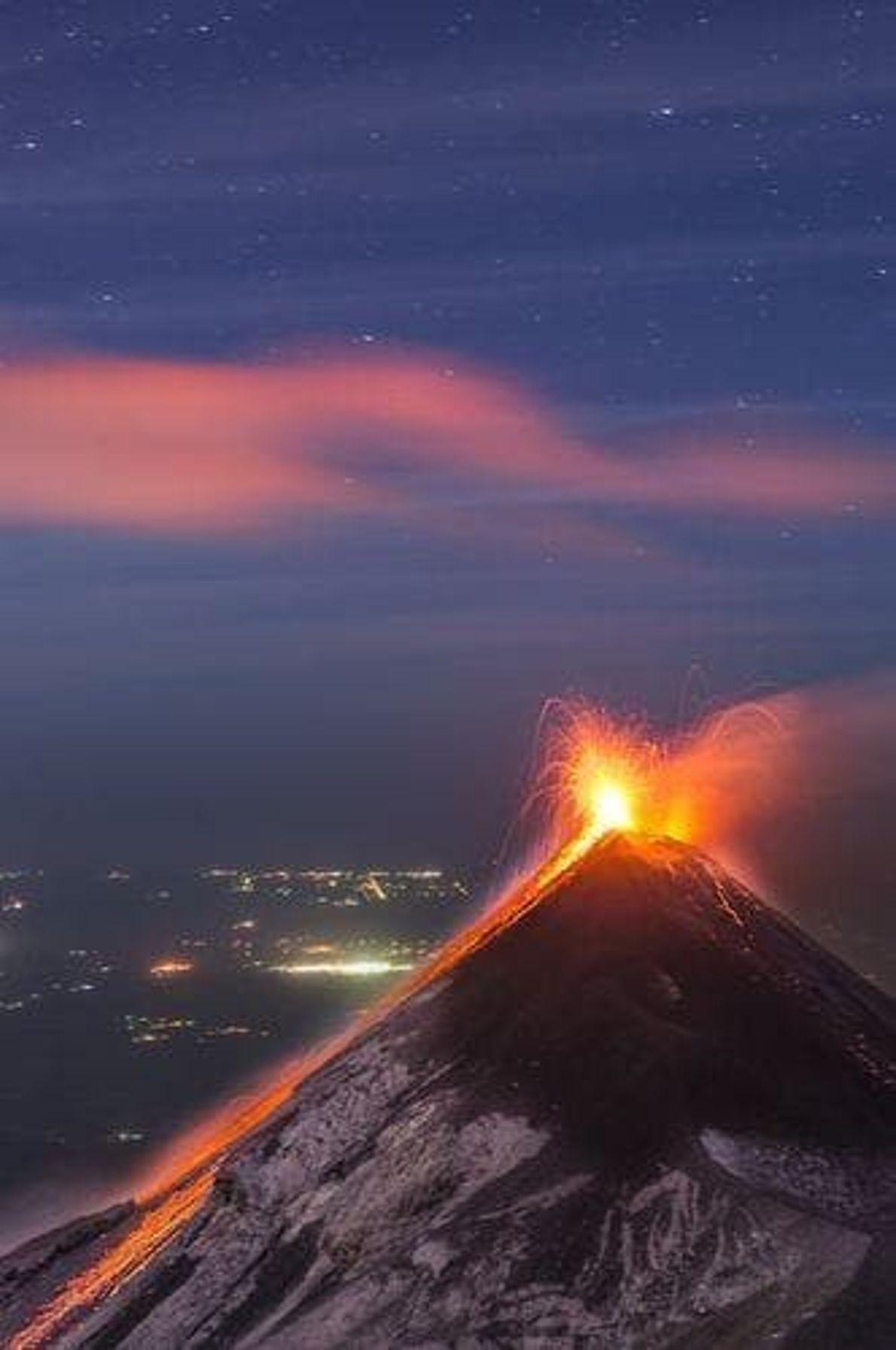 Los hermosos caprichos de la naturaleza: contemplar un volcán activo de cerca desde otra cumbre es ...