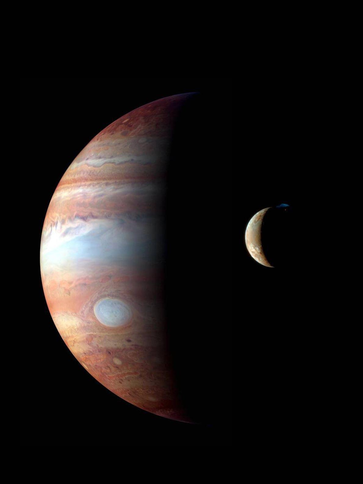 En febrero de 2007, New Horizons pasó junto a Júpiter y su luna volcánica activa Io. ...