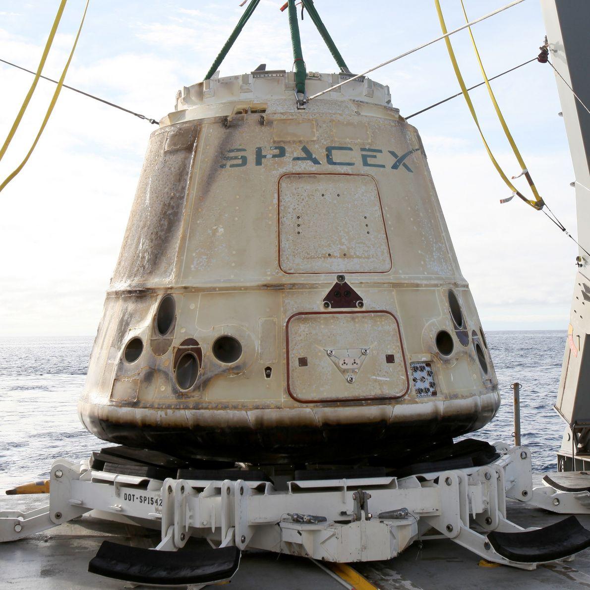 Una cápsula Dragon recuperada del océano Pacífico en 2017.