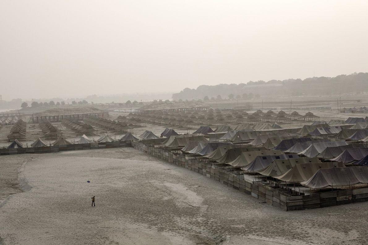 Desde arriba se puede ver una ciudad hecha con carpas, todo en preparación para Kumbh Mela, ...