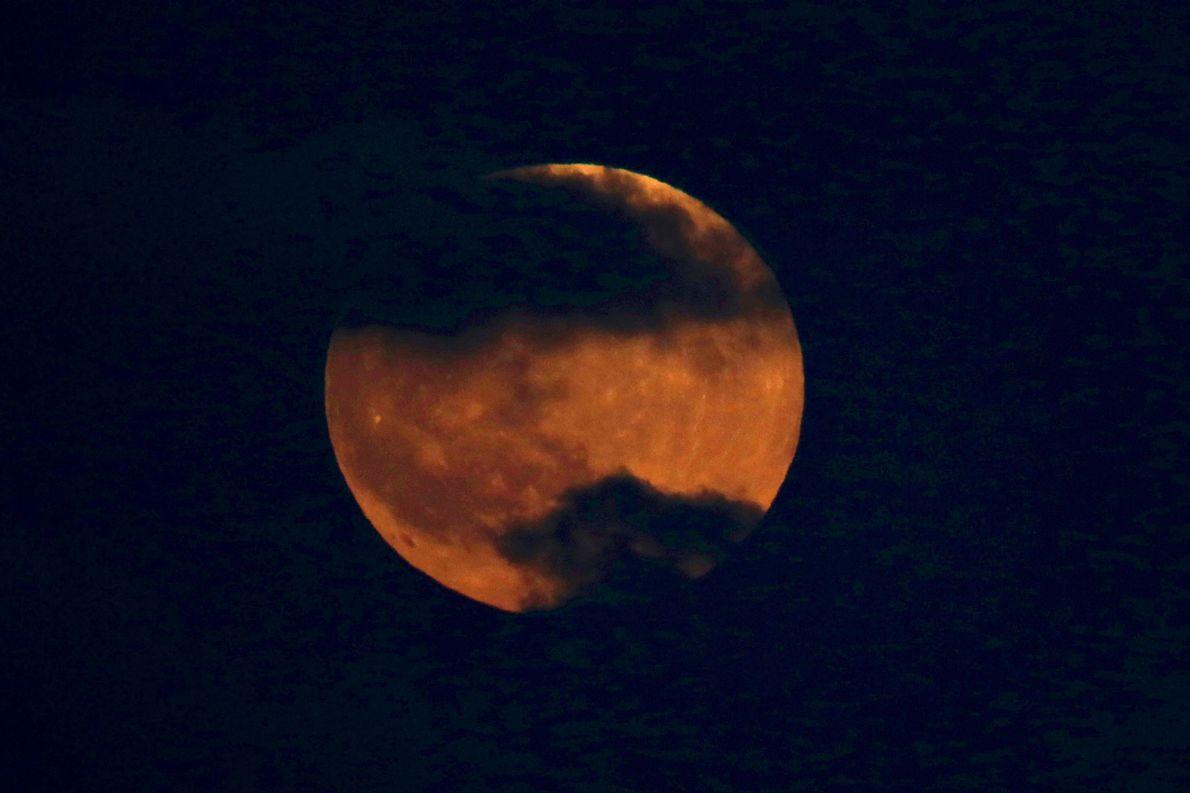 La luna de sangre se eleva sobre Tel Aviv, Israel, el 27 de julio.