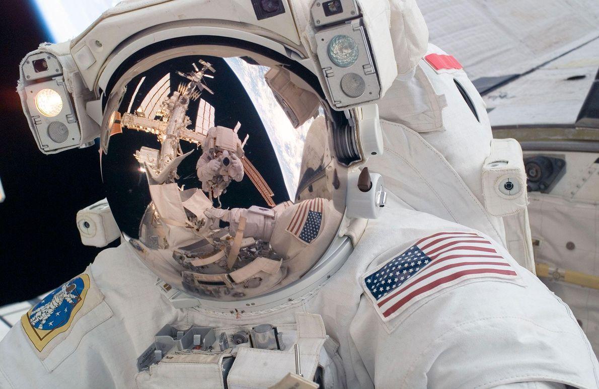 El astronauta Mike Fossum se tomó esta selfie durante una caminata espacial en el exterior de ...