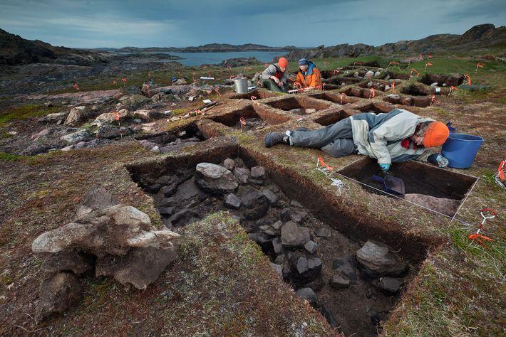Desenterrando lo que ella cree que es un puesto de avanzada vikingo, la arqueóloga Patricia Sutherland ...