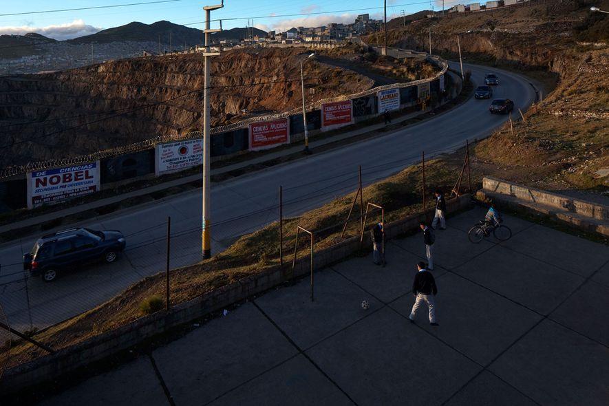 Los niños de Cerro de Pasco rara vez están lejos de la mina y sus desechos.