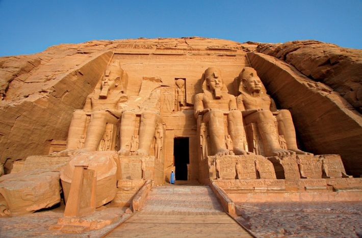 Las estatuas colosales del faraón egipcio Ramsés II protegen la entrada del templo mayor de Abu ...