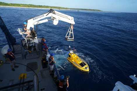 El vehículo de superficie autónomo (ASV) Argus se utiliza para buscar aguas demasiado poco profundas para ...