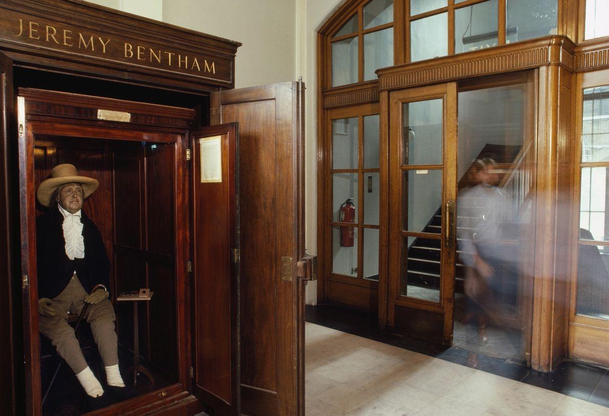 El esqueleto vestido de Jeremy Bentham, lleno de heno y con una cabeza de cera, se ...