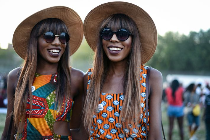 Las gemelas Chatelle y Danielle Dwomoh-Piper en el AFROPUNK Fest. Las hermanas manifiestan su alegría, orgullo ...