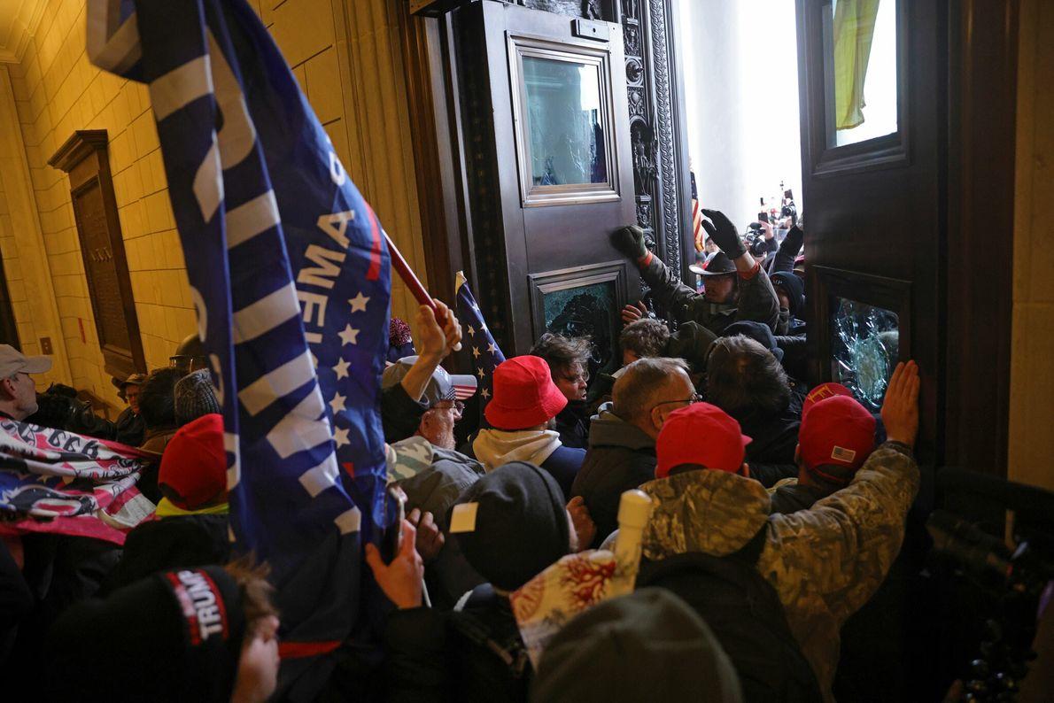 Una muchedumbre irrumpió en el Capitolio estadounidense con banderas y estandartes pro-Trump, rebasando rápidamente el perímetro ...