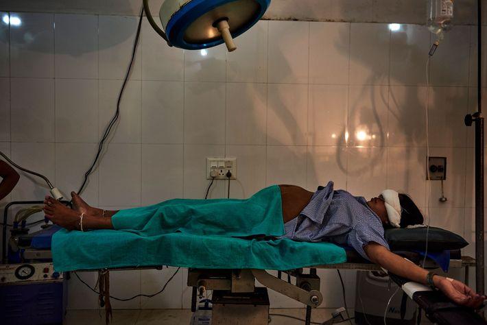 En un hospital en Shravasti, una mujer yace en una sala de parto justo antes de ...