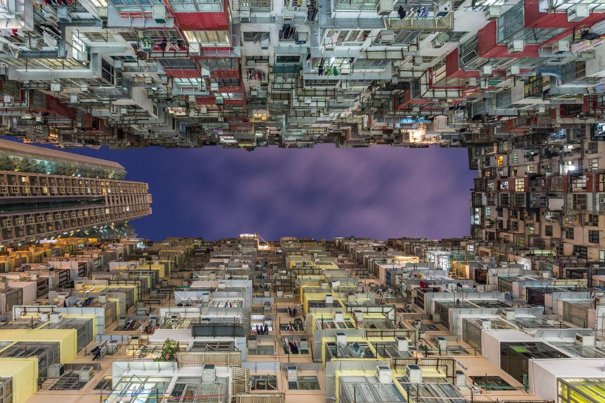 Hong Kong es una de las ciudades más densamente pobladas del mundo, más de 7 millones ...
