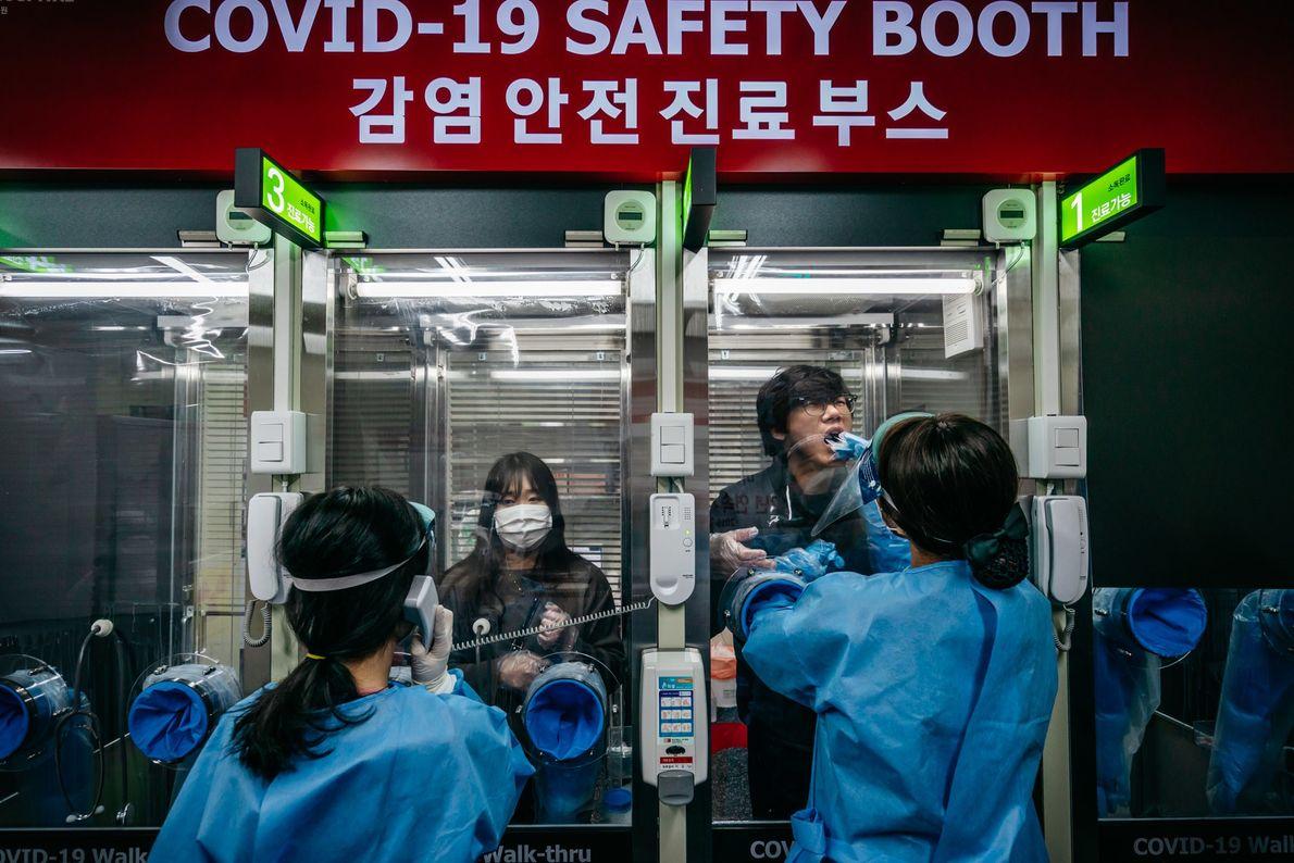 Los pacientes se hacen el test de COVID-19 en un hospital privado de Seúl, Corea del ...
