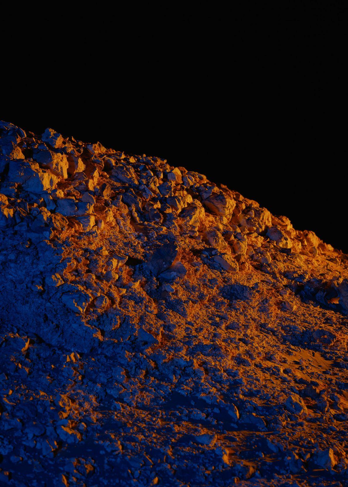Un relámpago artificial muestra claramente un afloramiento rocoso en el norte de la Estación Kepler.