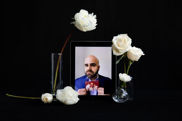 Marco Reyes sostiene una fotografía de pequeño junto a su padre, José Reyes. Su padre pasó ...