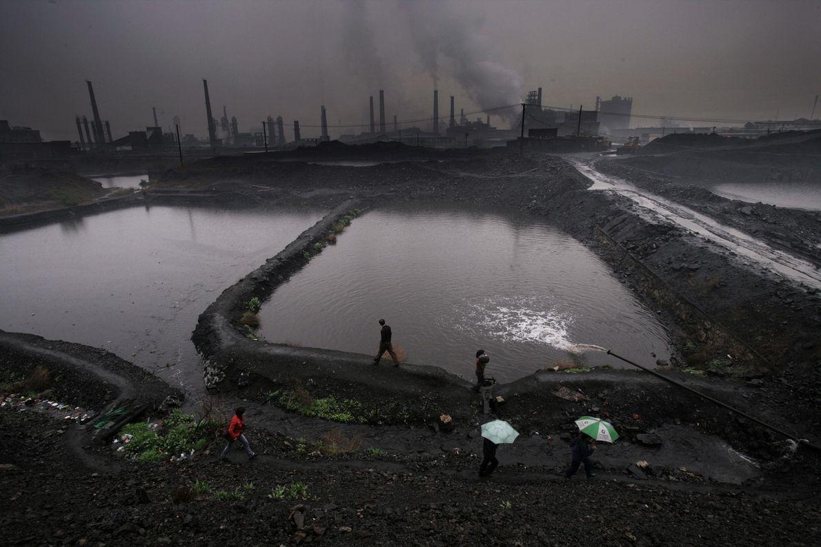La industria destaca en el perfil urbano de la antigua ciudad de Hancheng, una de las ...