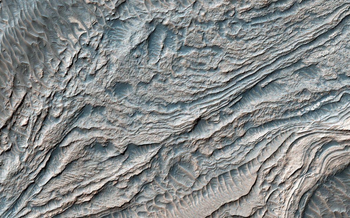 Esta imagen del Mars Reconnaissance Orbiter de la NASA captura un grupo de capas unidas por ...