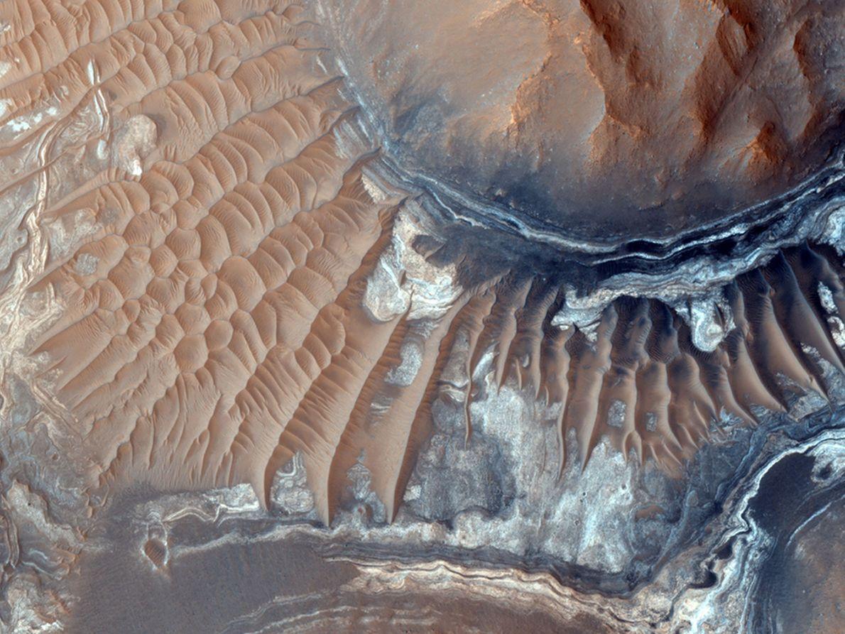 Dunas de arena en el Aram Chaos, un cráter de impacto erosionado al este del sistema ...