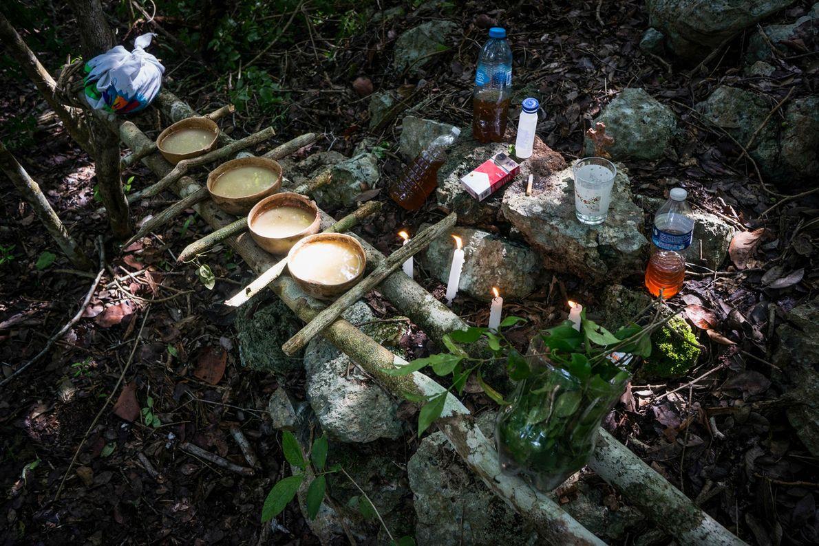 Los mayas todavía veneran las cuevas y los chamanes realizan ofrendas especiales a los espíritus guardianes ...