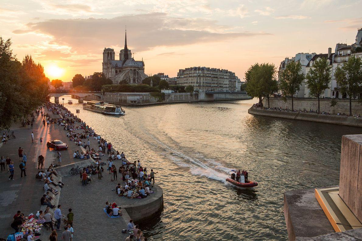 Las orillas del Sena se llenan de parisinos al atardecer.