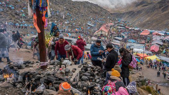 Los peregrinos participan de los rituales en el santuario del Señor de Qoyllur Rit'i. Rezan para ...