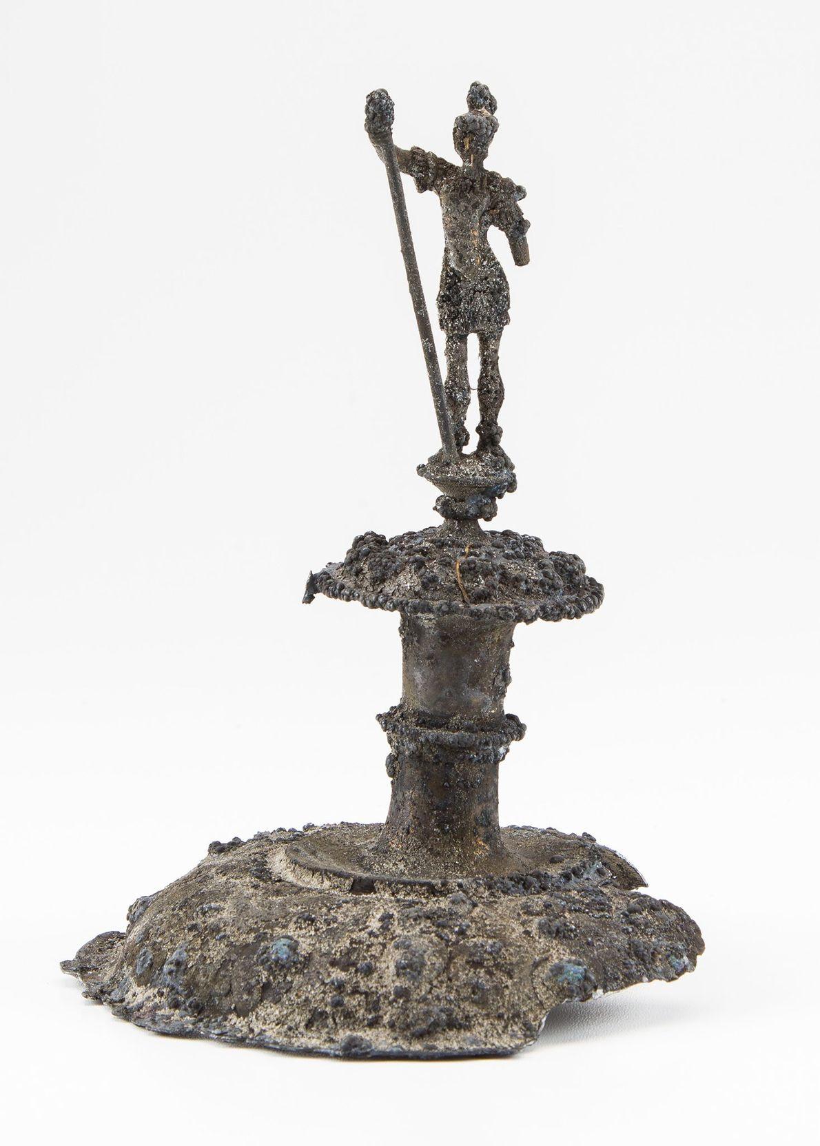 Esta tapa de copa de plata cuenta con un soldado romano que lleva una lanza. La ...