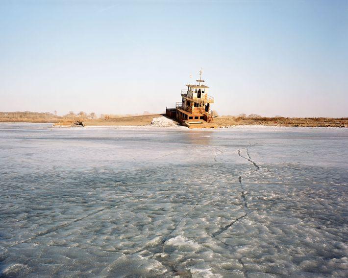 Un ferry en el río Bai en Fularji convertido en un restaurante. Este restaurante cerró poco ...