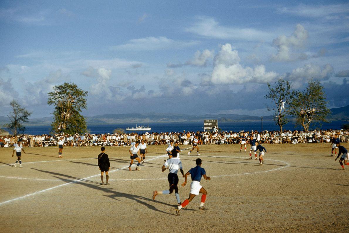 En 1959, los equipos de fútbol rivales de las islas Martinica y Guadalupe juegan un partido ...