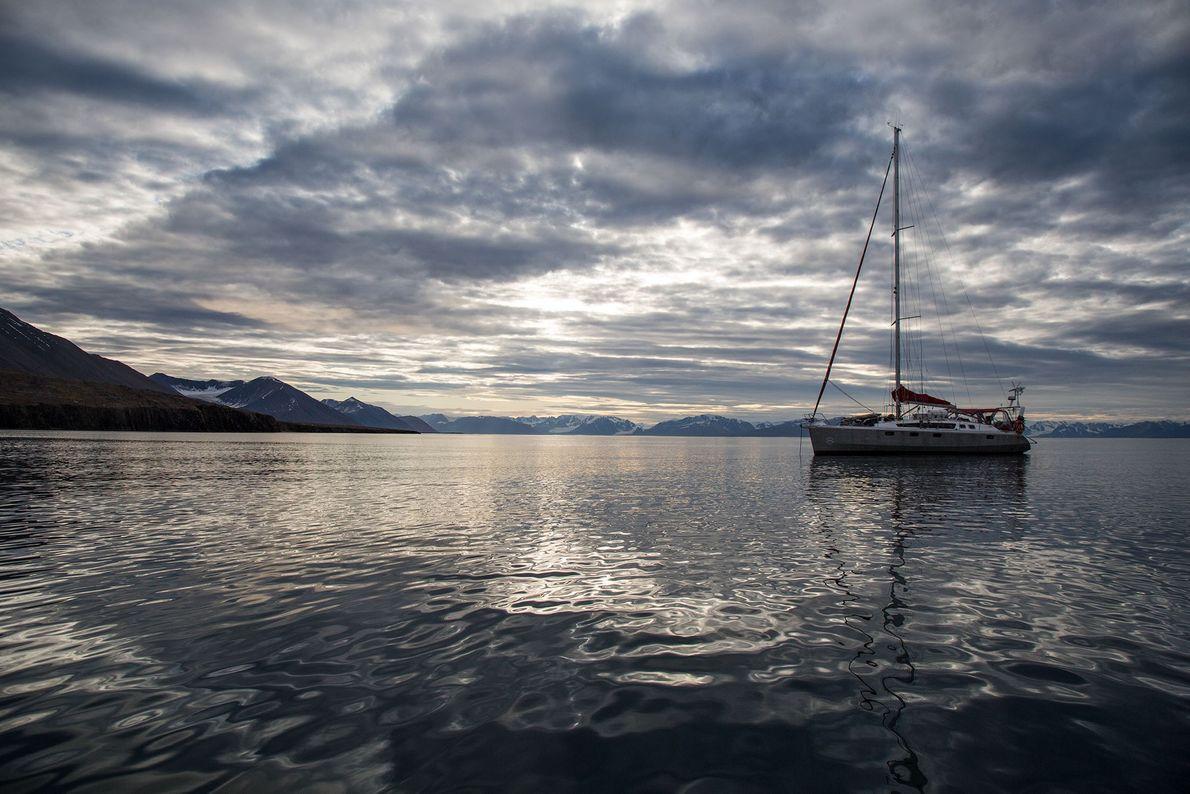 El barco anclado en un día tranquilo en el archipiélago de Svalbard.