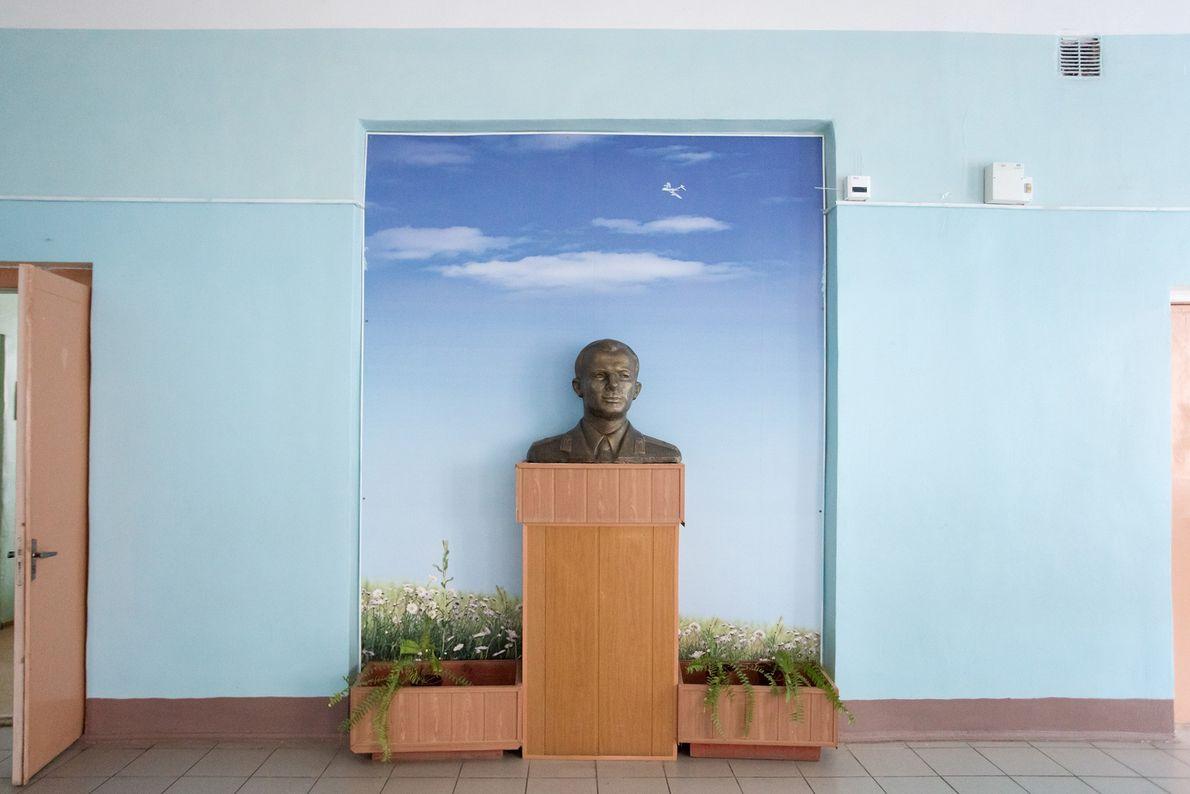Una escultura de Yuri Gagarin exhibida en una escuela local.
