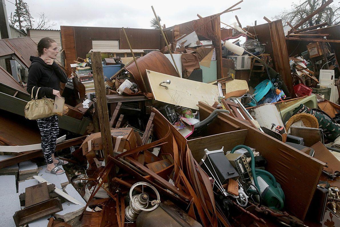 Haley Nelson inspecciona los daños a las propiedades de su familia en Panama City, Florida.